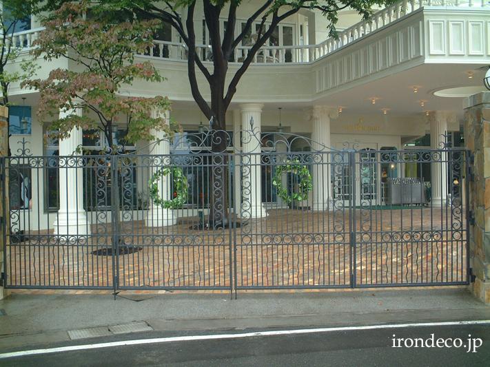 結婚式場のロートアイアン大型門扉