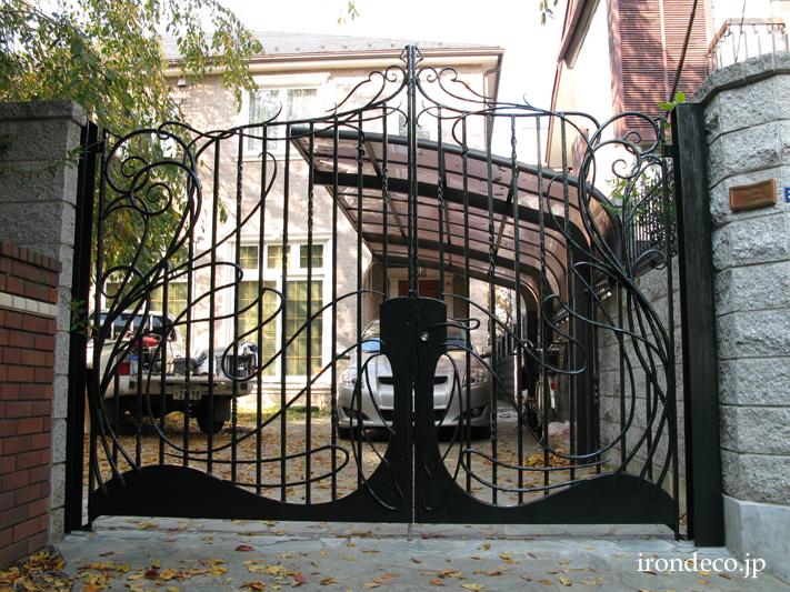 フランスを想わせるアールヌーヴォー色のロートアイアン大型門扉