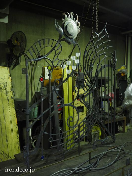 音が奏でられているかのような造形の、音楽のロートアイアン門扉