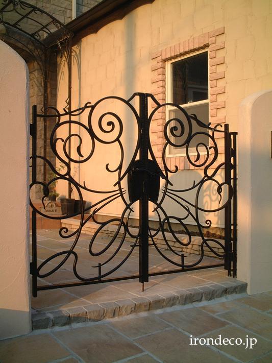 薔薇を思わせる抽象デザインのロートアイアン門扉