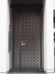 シンプルモダンな玄関防犯門扉